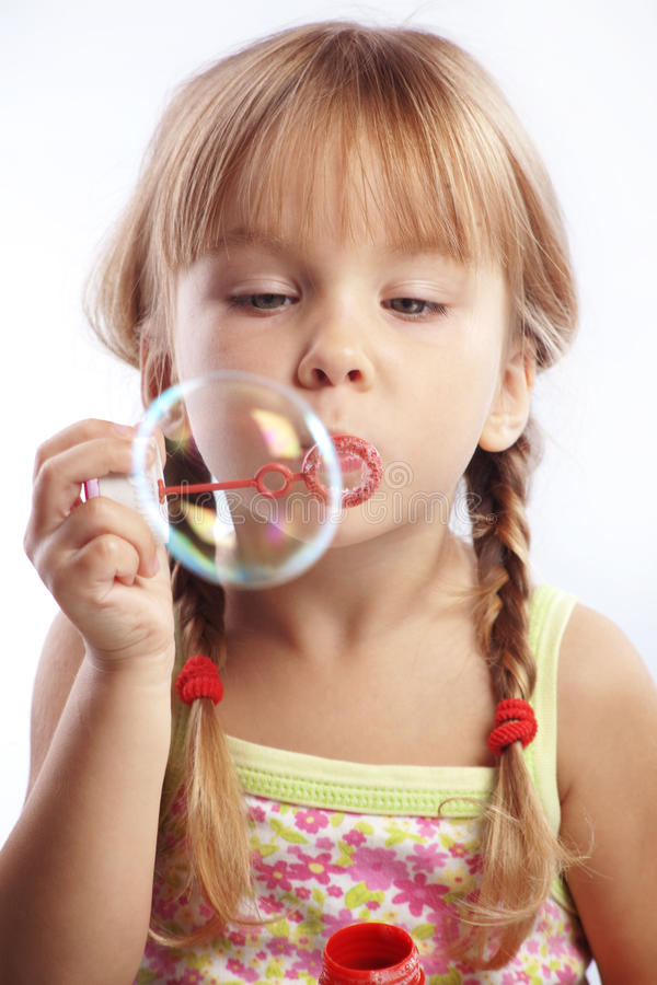 吹的泡影女孩少许 免版税库存照片