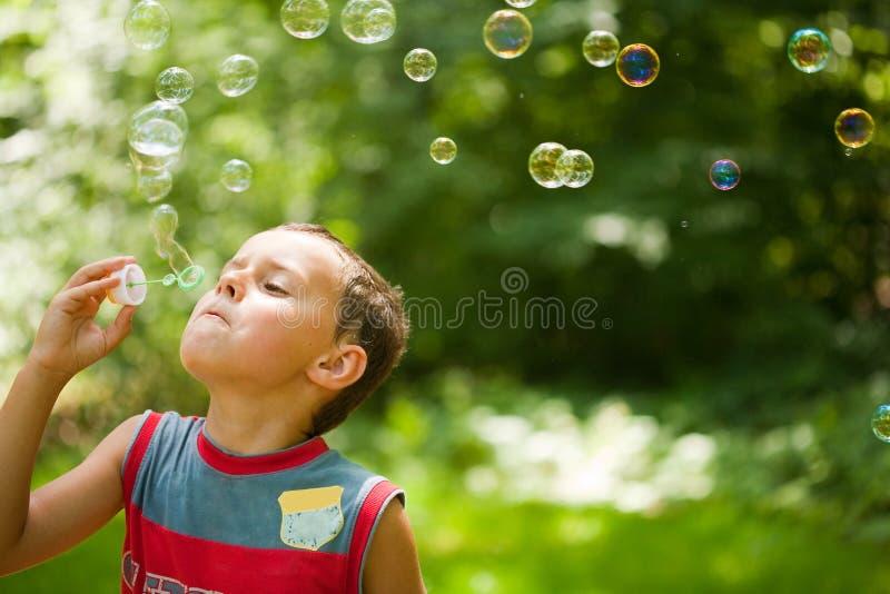 吹的泡影逗人喜爱的孩子肥皂 库存照片
