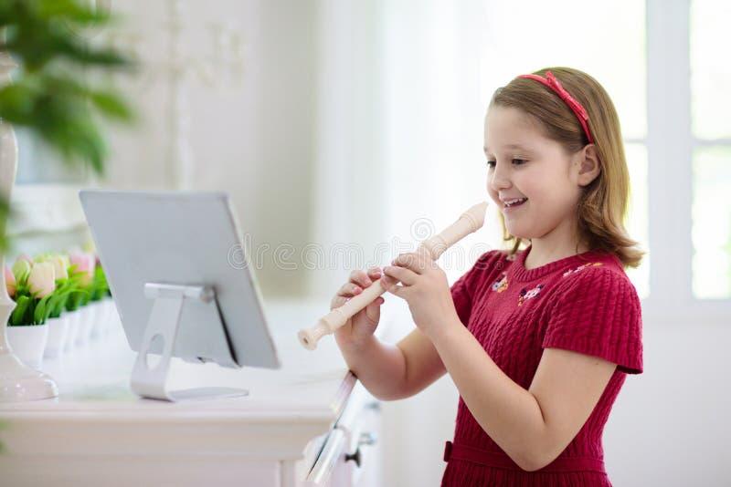 吹笛的小孩 远程学习 图库摄影