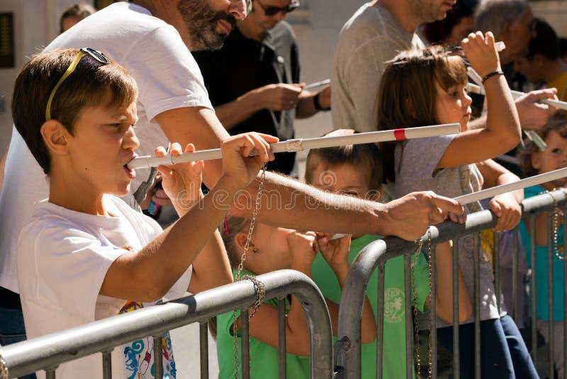 吹箭的比赛与纸箭的 免版税库存照片
