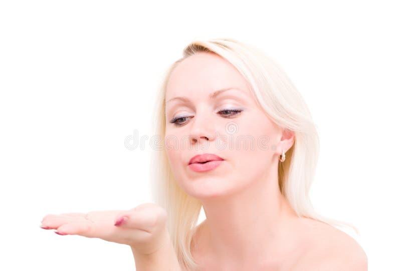 吹白肤金发的妇女,当送空气亲吻时 免版税库存图片