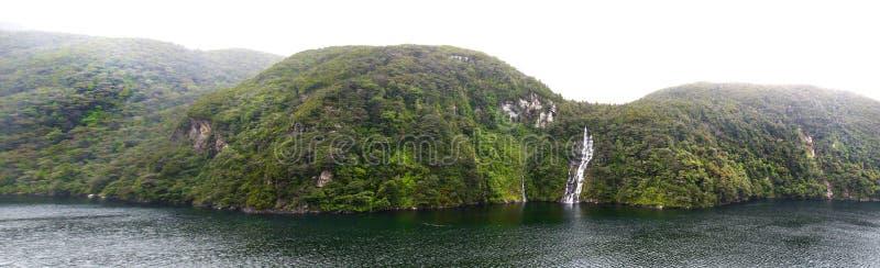吻合风景全景照片在峡湾国家公园,南岛,新西兰 有薄雾的多云早晨 免版税库存照片