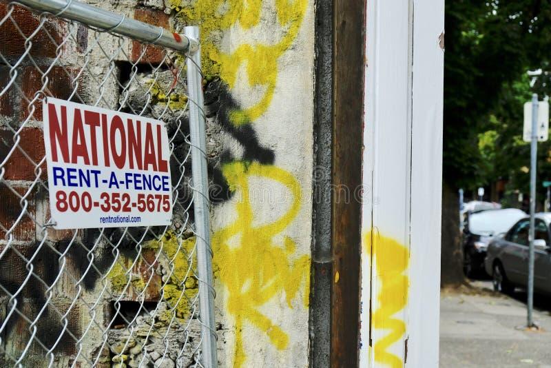 告知如何在美国波特兰街角租用围栏的标志 库存照片