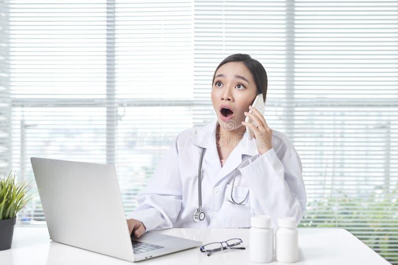 告诉妇女的医护人员工友护士要求患者的问题 免版税图库摄影