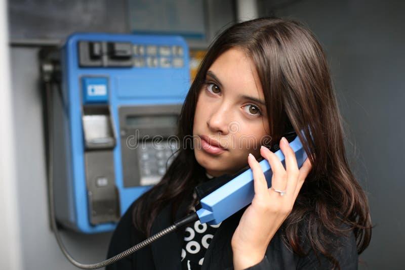 告诉投币式公用电话妇女 图库摄影