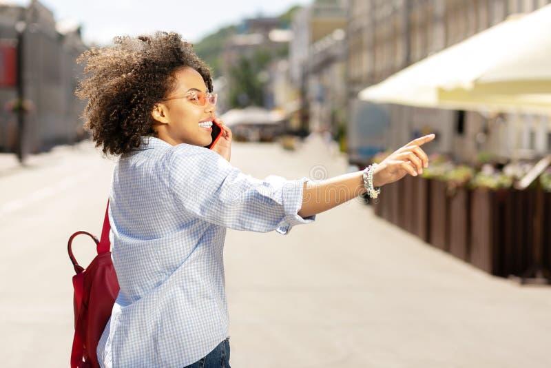 告诉欢乐的妇女某人,当要求等待时 免版税库存图片