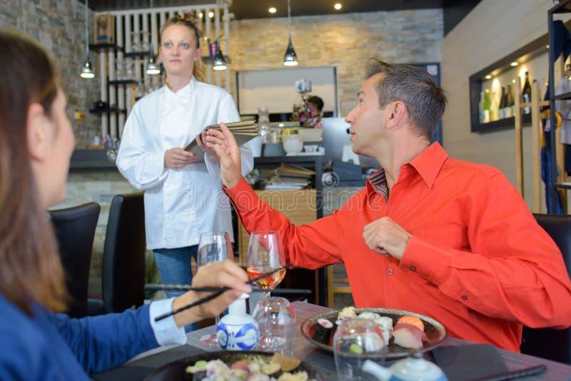 告诉的人女服务员在餐馆 免版税库存照片