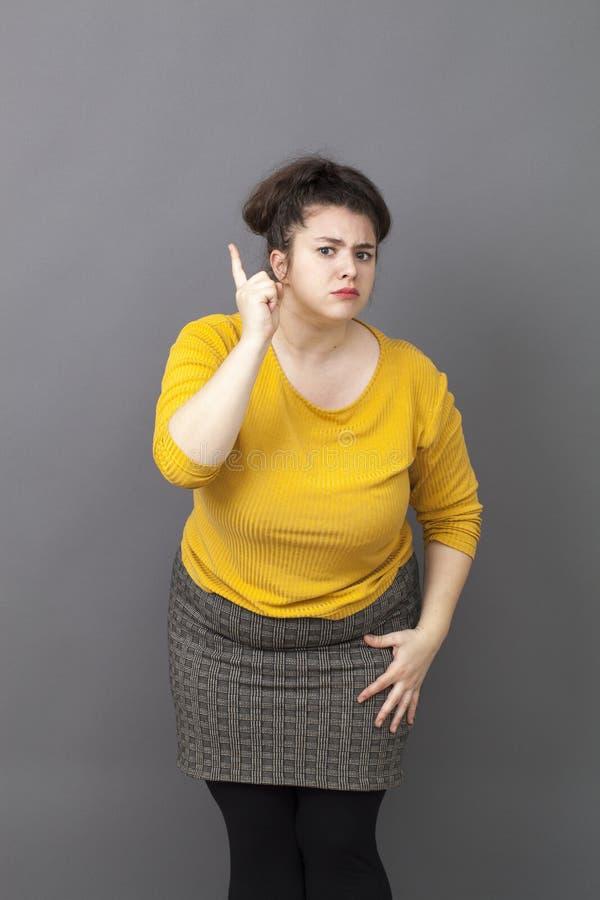 告诉积极的超重的少妇  免版税库存照片