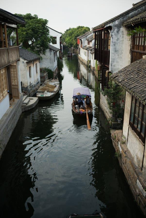 周庄,中国:老房子和桥梁反射在村庄运河 免版税图库摄影