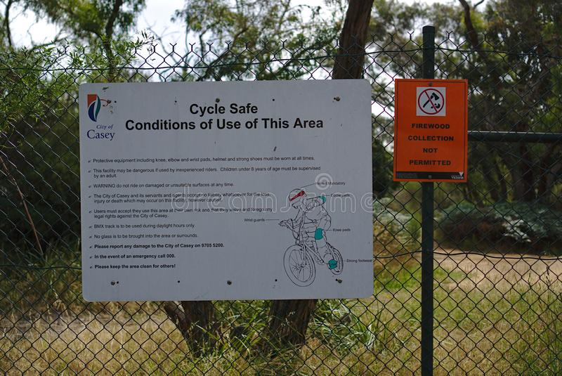 周期安全标志和没有木柴汇集从地方理事会 库存图片