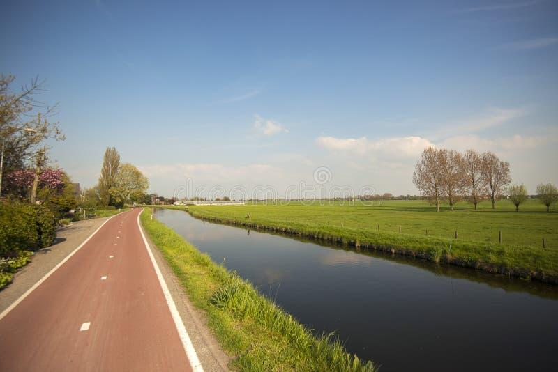 周期道路和运河在荷兰开拓地风景 库存图片