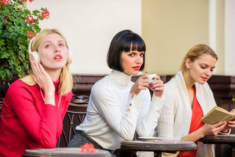 周末放松和休闲 咖啡咖啡馆 方式放松和充电 女性休闲 小组俏丽的妇女大阳台招待 免版税库存照片