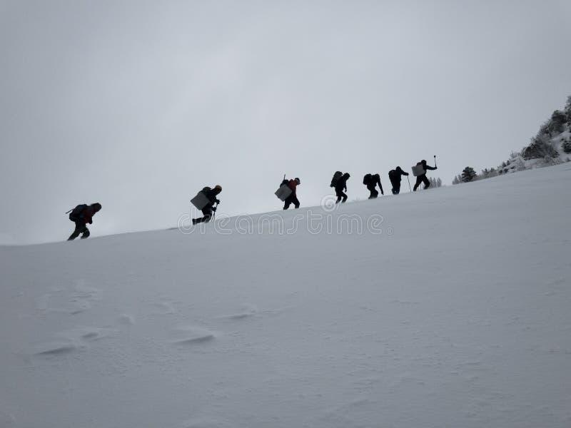 周末登山步行为健康生活 免版税库存照片