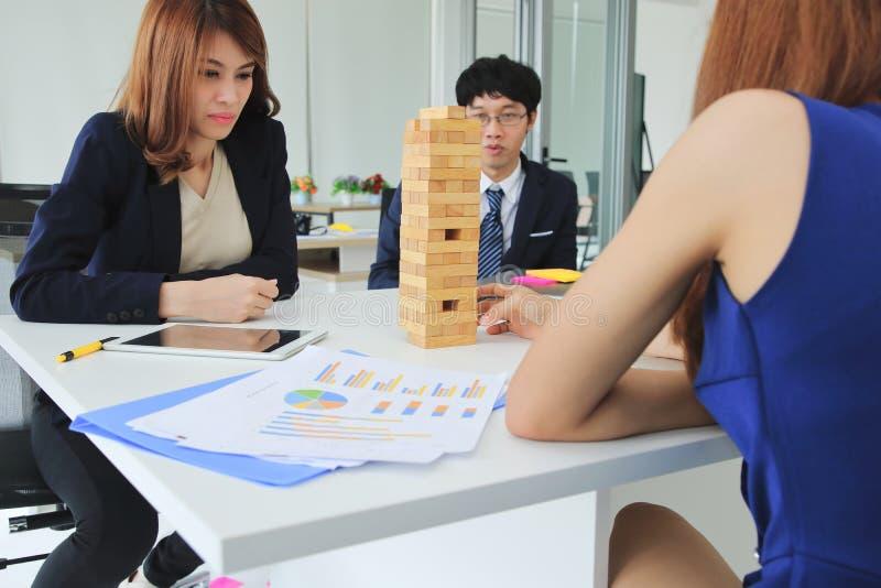 周道和记住小组演奏木块的商人在办公室耸立 风险和战略企业概念 图库摄影