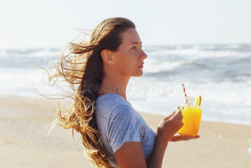 周道地看往海的女孩的画象 免版税库存照片