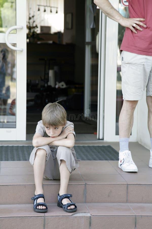周道男孩哀伤的坐的步骤 免版税图库摄影