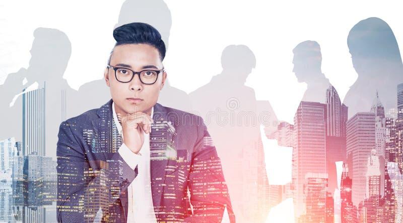 周道的亚洲商业领袖和他的队 免版税图库摄影