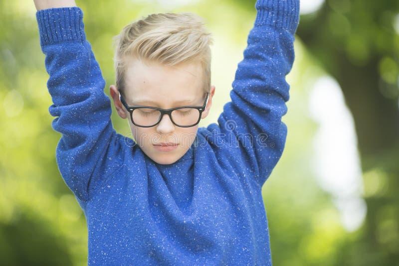 周道的十几岁的男孩室外画象 免版税库存照片
