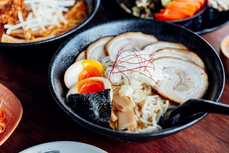 味噌Chashu拉面:在酱汤的日本面条用chashu猪肉、熟蛋、干燥海草和香葱在黑碗 库存照片