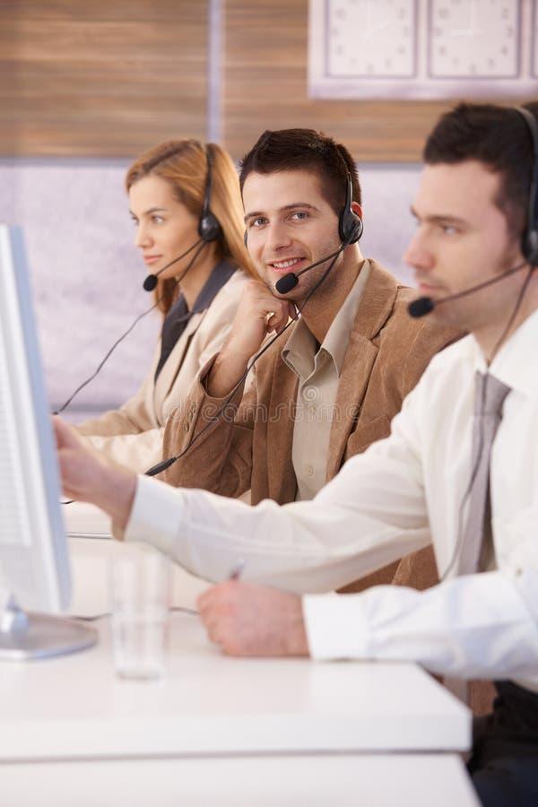 呼叫中心调度程序愉快微笑的工作 免版税图库摄影