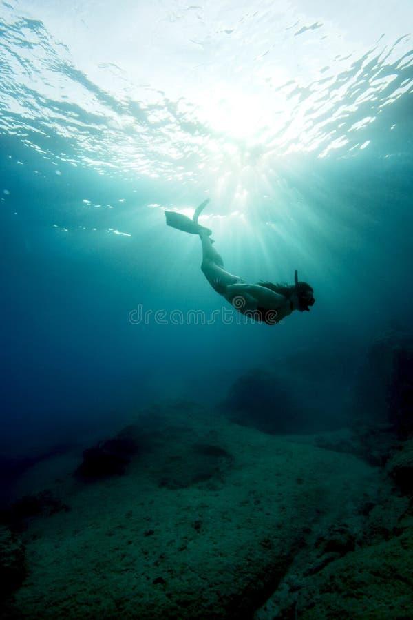 呼吸暂停freediving的绿松石水 免版税库存图片