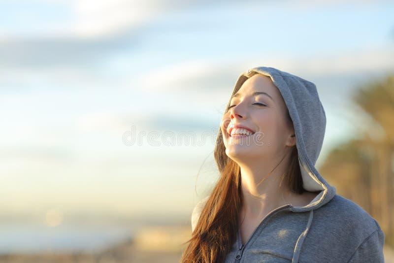 呼吸深新鲜空气的少年女孩 免版税库存照片