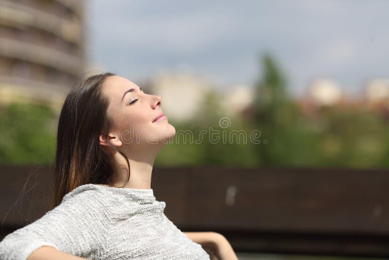 呼吸深新鲜空气的都市妇女 免版税库存图片