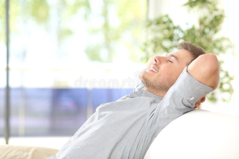 呼吸的人在家休息和 免版税库存照片