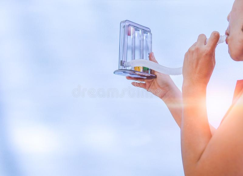呼吸的妇女拿着triflow和深深 免版税库存图片