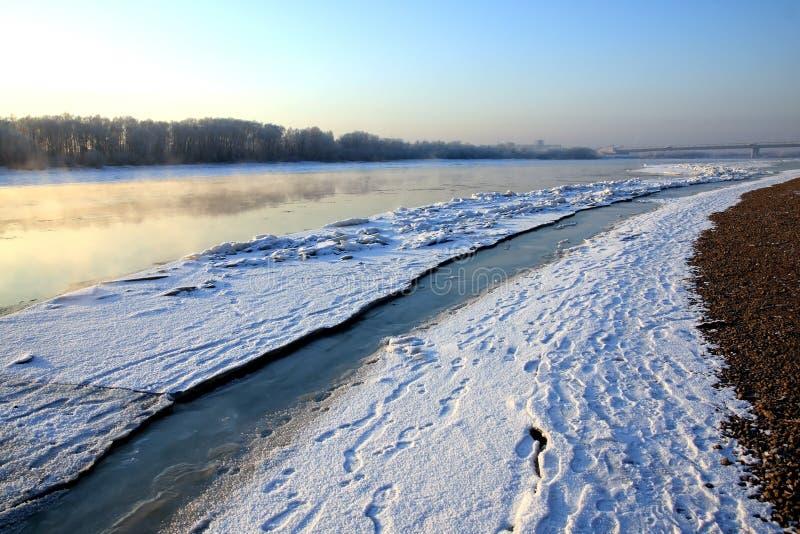 呼吸的横向河冬天 库存照片