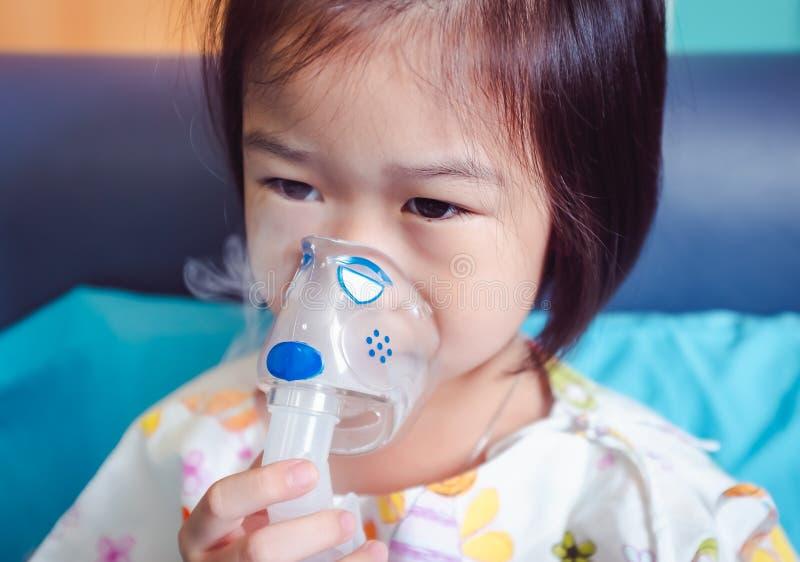 呼吸通过蒸汽雾化器 在医院录取的病症女孩 库存照片