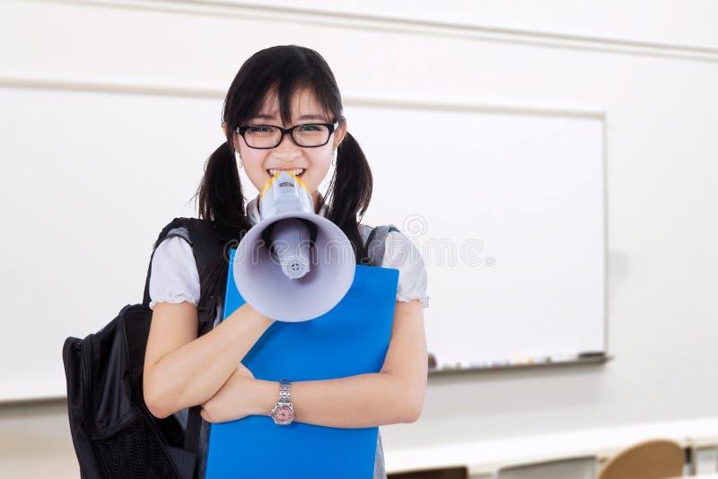 呼喊与扩音机的女学生 免版税库存照片