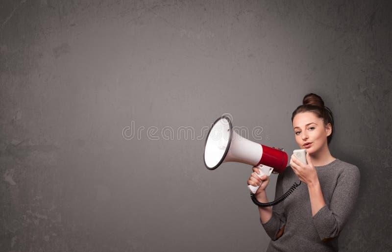 呼喊入在拷贝空间背景的扩音机的女孩 库存图片