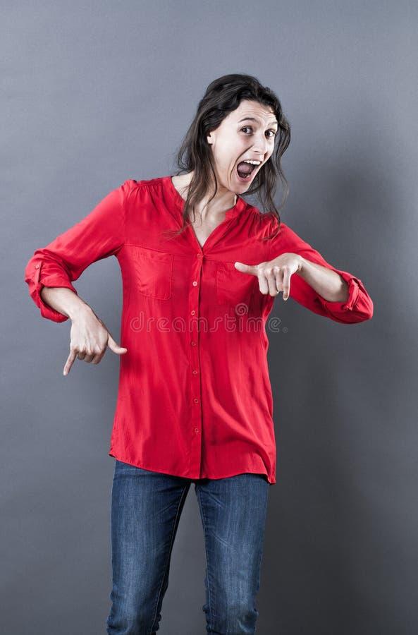 呼喊和跳舞从酒精作用的欲死欲仙的少妇 免版税库存图片