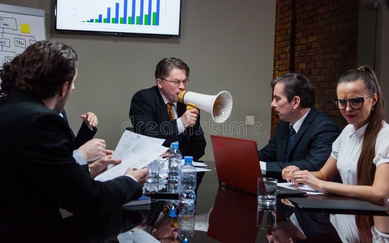 呼喊在人的恼怒的上司 免版税库存图片