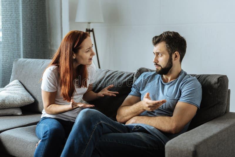 呼喊在她的男朋友的不快乐的情感妇女 免版税库存图片