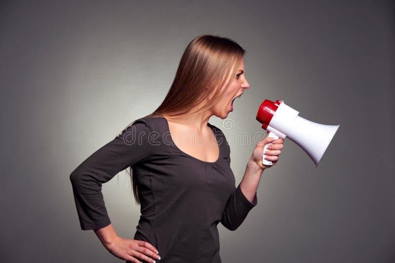 呼喊在扩音器的妇女