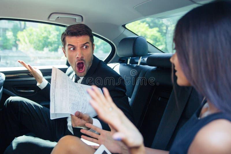呼喊在汽车的一名妇女的人 免版税库存照片