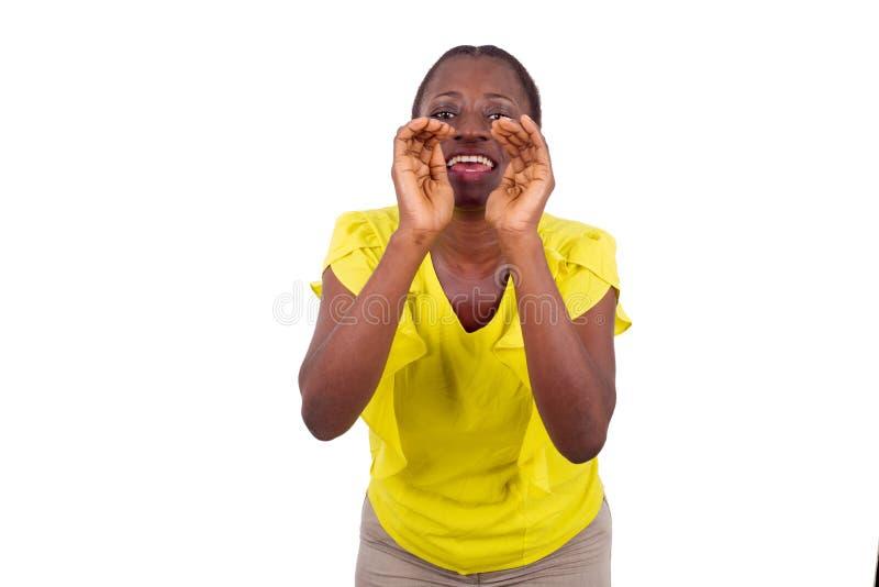 呼喊在白色背景的年轻偶然妇女 免版税库存照片