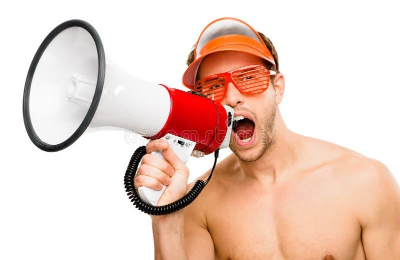 呼喊在白色背景的扩音机的性感的男性lifegaurd 免版税库存图片