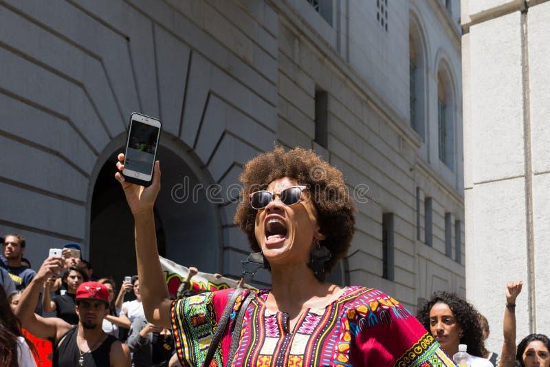 呼喊在香港大会堂的行军期间的黑人生活问题抗议者 免版税库存照片