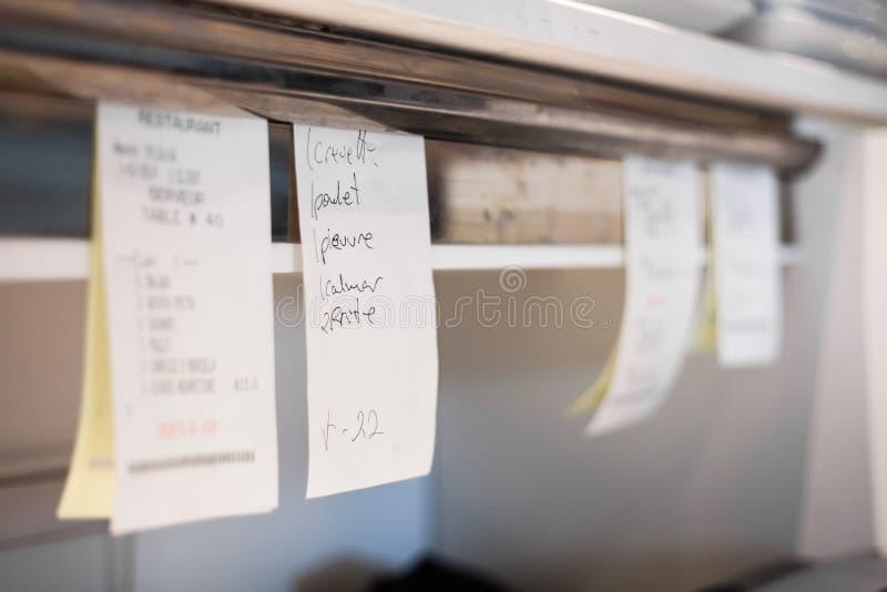 命令在餐馆厨房里 库存照片