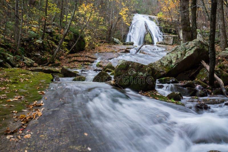 咆哮位于老鹰岩石的跑的瀑布秋天视图在博特托尔特县,弗吉尼亚- 4 库存照片