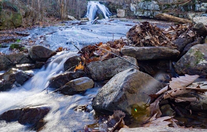 咆哮跑的瀑布一个抽象看法  免版税图库摄影