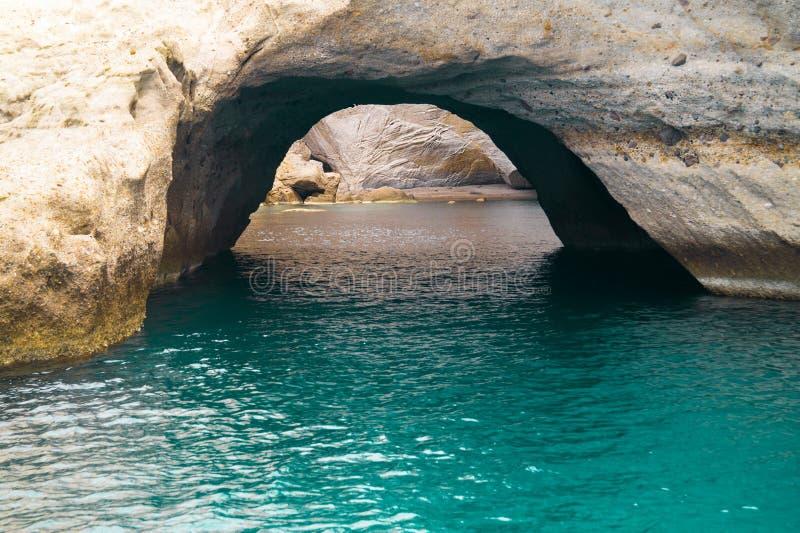 海�:#k�.&_洞和岩层由海kleftiko地区的在芦粟