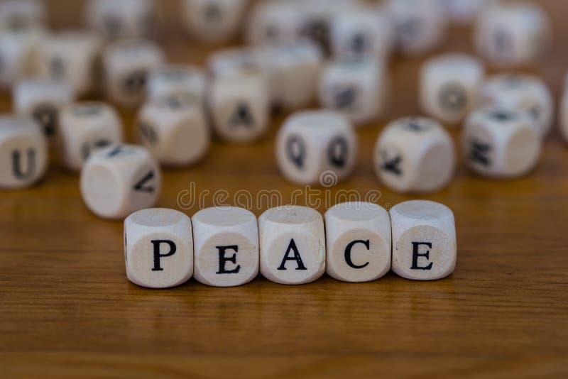 和平写与木头立方体  库存照片