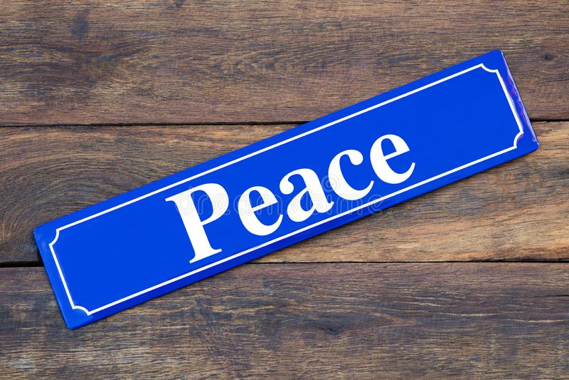 和平在木背景的路牌 免版税库存图片