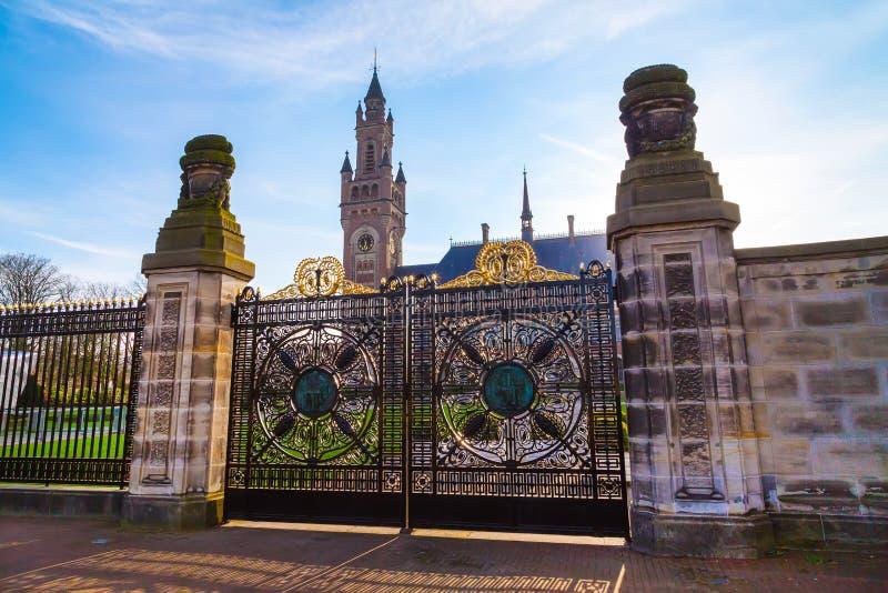 和平宫殿和门在海牙,荷兰在日落期间 免版税库存照片