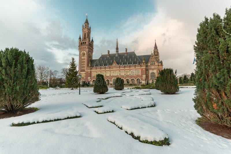 和平宫殿, Vredespaleis,在雪下的庭院 免版税库存照片