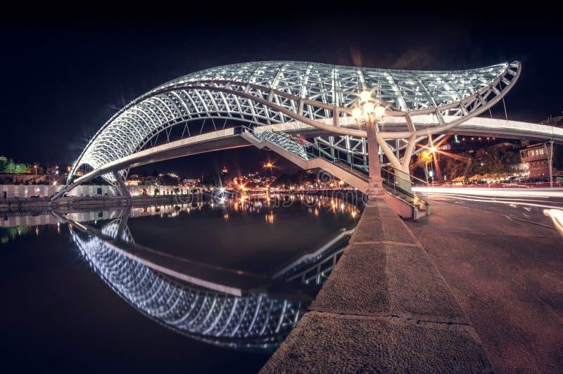 和平最美丽的发光的桥梁在晚上在第比利斯,乔治亚 免版税库存照片